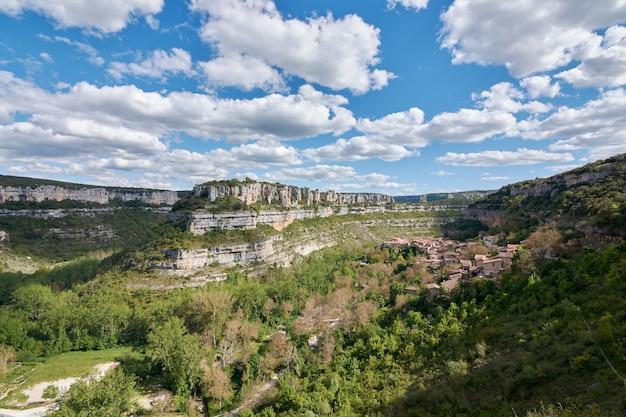 Panoramisch uitzicht op orbaneja del castillo