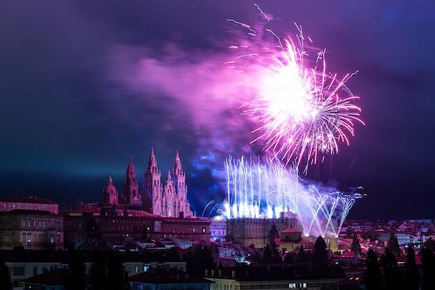 Panoramisch uitzicht op santiago de compostela tijdens de viering van het vuurwerk van de apostel santiago