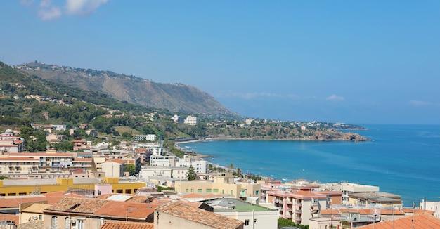 Panoramisch uitzicht op stadsgezicht met middellandse zee in sicilië