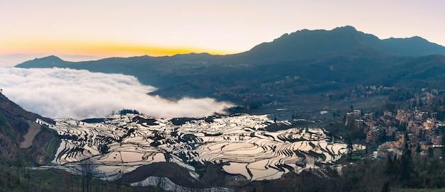 Panoramisch uitzicht op terrasvormige rijstvelden van yuanyang, china