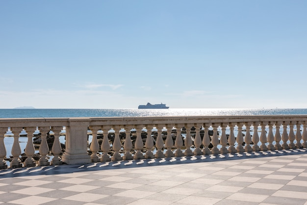 Panoramisch uitzicht op terrazza mascagni (mascagni-terras) tegenover de ligurische zee aan de westkust van toscane in livorno. mensen lopen en rusten op terras