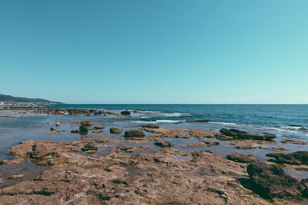 Panoramisch uitzicht op terrazza mascagni (mascagni-terras) voor de ligurische zee aan de westkust van toscane in livorno