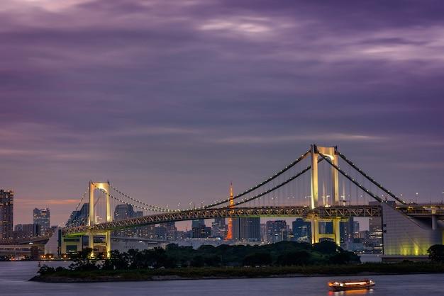 Panoramisch uitzicht op tokio vanuit odaiba op een bewolkte herfstmiddag, met de rainbow bridge en de tokyo tower.