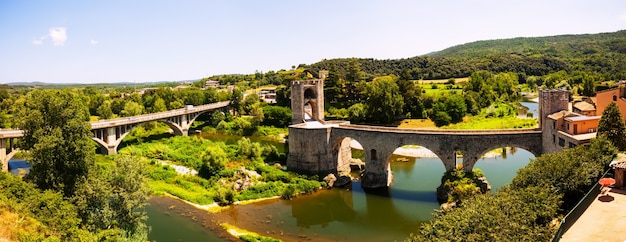 Panoramisch uitzicht op twee bruggen in besalu
