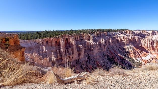 Panoramisch uitzicht op verbazingwekkende zandsteenformaties in het schilderachtige bryce canyon national park. utah, vs
