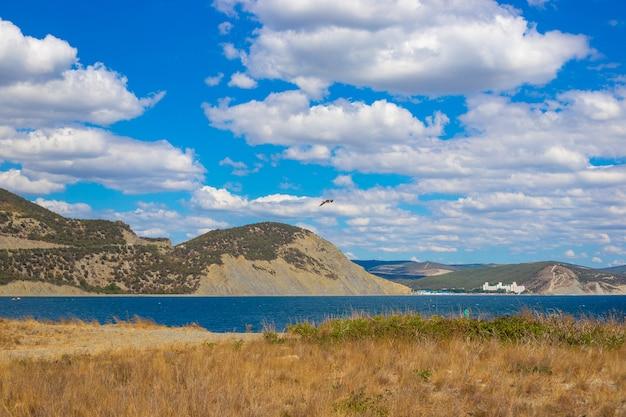 Panoramisch uitzicht op zee en bergen op het bolshoy utrish-dek