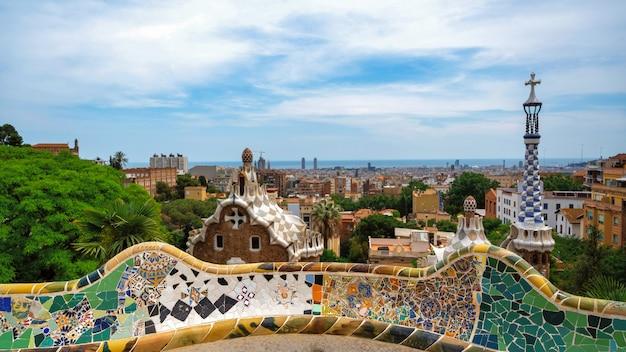 Panoramisch uitzicht over barcelona, daken van meerdere gebouwen, uitzicht vanaf parc guell, spanje