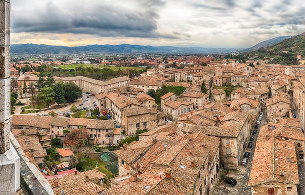 Panoramisch uitzicht over de daken van gubbio, italië