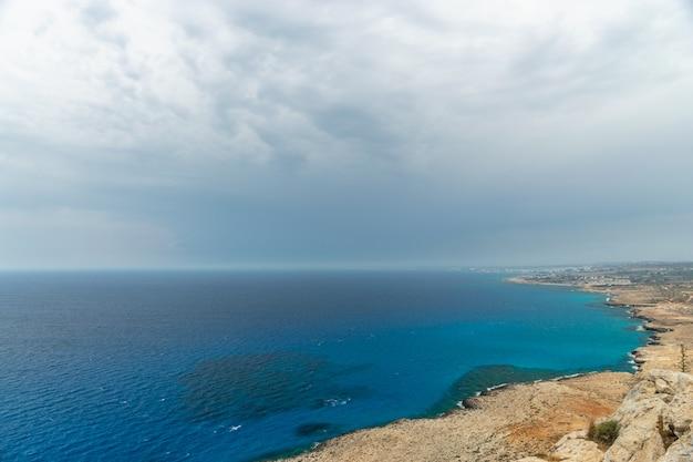 Panoramisch uitzicht over de stad ayia napa vanaf het uitkijkpunt op de top van de berg cape cavo greco