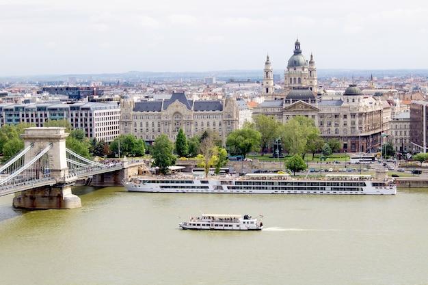 Panoramisch uitzicht over de stad en de rivier. boedapest. hongarije.