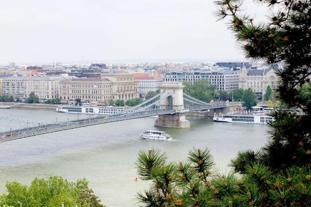 Panoramisch uitzicht over de stad en de rivier in de lente. boedapest. hongarije.