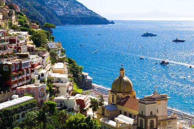 Panoramisch uitzicht over de stad en de zee op de zonnige dag