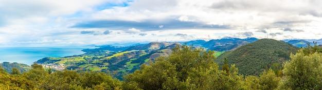 Panoramisch uitzicht over de stad en de zee vanaf de berg arno in de gemeente mutriku in gipuzkoa. baskenland, spanje