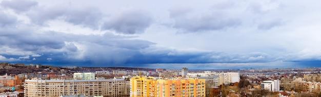Panoramisch uitzicht over de stad kharkov met verschillende gebouwen