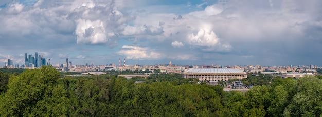Panoramisch uitzicht over de stad moskou vanaf de sparrow-heuvels