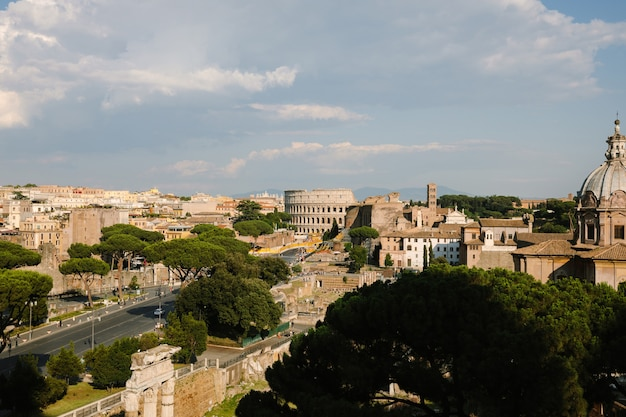 Panoramisch uitzicht over de stad rome met romeins forum en colosseum van vittorio emanuele ii monument ook bekend als de vittoriano. zonnige zomerdag en dramatische blauwe lucht