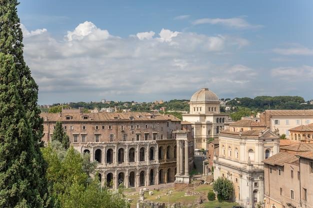 Panoramisch uitzicht over de stad rome met romeins forum en theater van marcellus (teatro marcello) is een oud openluchttheater in rome