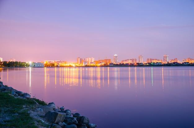 Panoramisch uitzicht over de stad 's nachts in de lichten