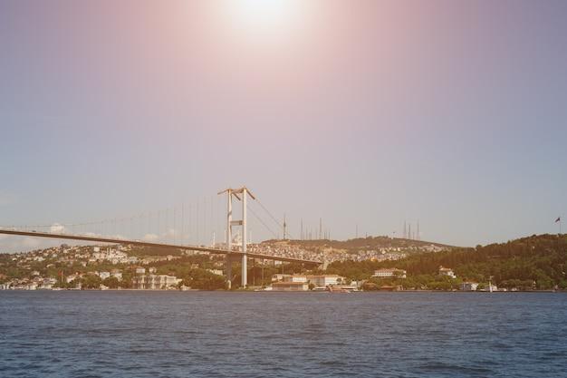 Panoramisch uitzicht over het aziatische deel van istanbul vanaf de zee. de brug der martelaren op 15 juli. zonlicht.