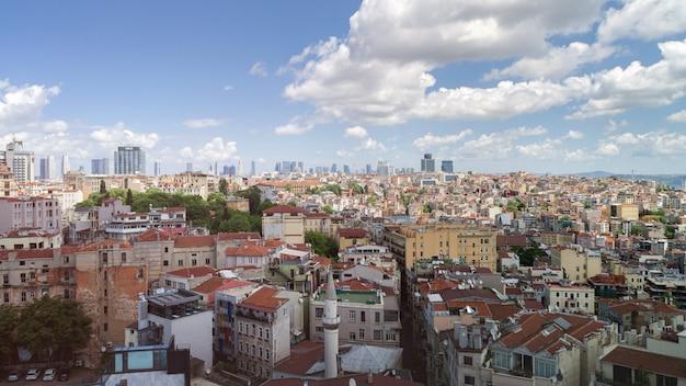Panoramisch uitzicht over istanbul vanaf de galata-toren. bruggen, moskeeën en bosporus. istanbul, turkije.