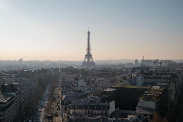 Panoramisch uitzicht over parijs met de eiffeltoren.
