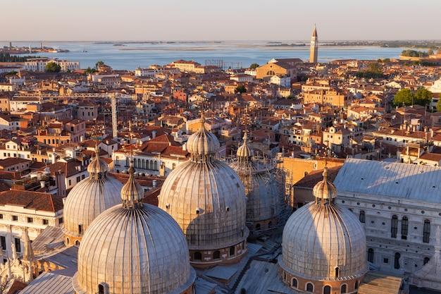 Panoramisch uitzicht over venetië, italië. een vogelperspectief van de koepels van de kathedraal van san marco.