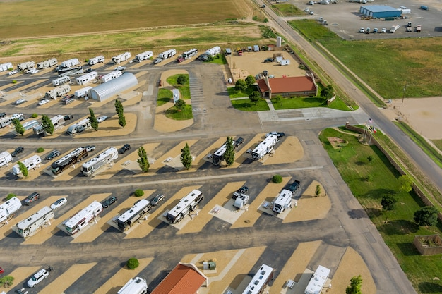 Panoramisch uitzicht reizen rv trailer kamperen op de camping parkeerplaats camping park