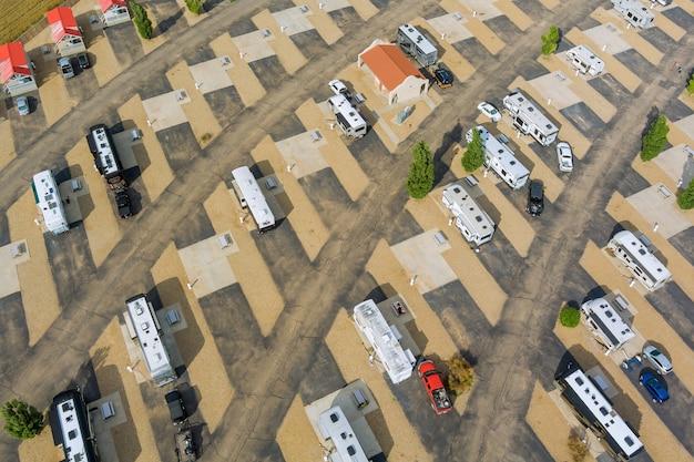 Panoramisch uitzicht rv campingpark met het resort met reizen in recreatievoertuigen in het rv park