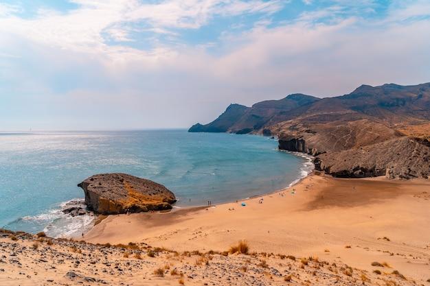 Panoramisch uitzicht van bovenaf op het duin van playa de monsul in het natuurpark cabo de gata