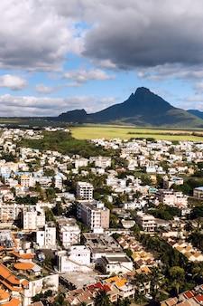Panoramisch uitzicht van bovenaf van de stad en de bergen op het eiland mauritius, mauritius eiland.