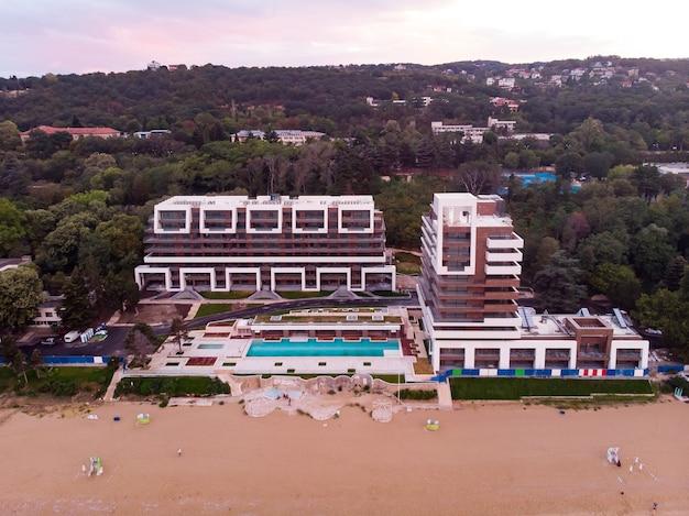 Panoramisch uitzicht van bovenaf van gesloten hotel in golden sands strand in bulgarije