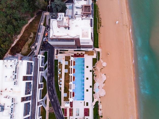 Panoramisch uitzicht van bovenaf van hotel met zwembad in golden sands strand in bulgarije