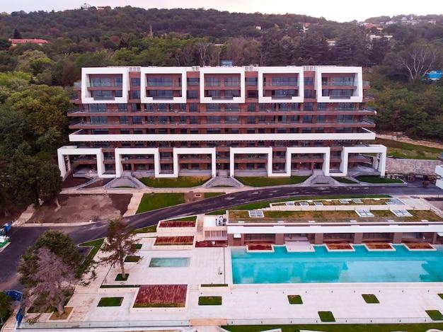 Panoramisch uitzicht van bovenaf van hotel tih zwembad in golden sands strand in bulgarije