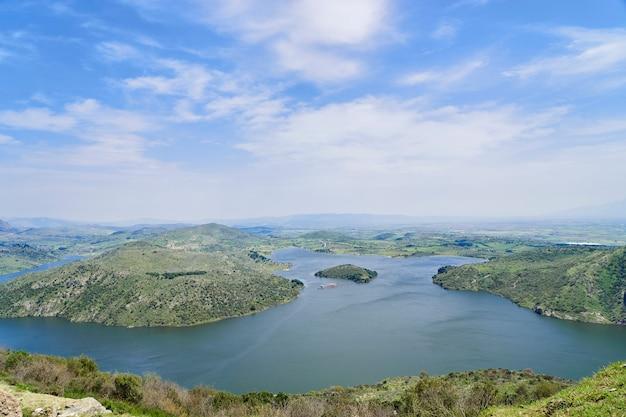 Panoramisch uitzicht van de oude stad pergamon naar het meer (turkije)