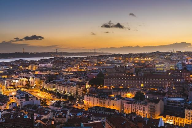 Panoramisch uitzicht van lissabon in de schemering
