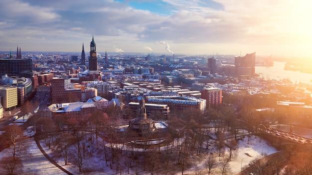 Panoramisch uitzicht vanaf dancing towers over hamburg onder de sneeuw in de winter