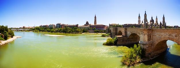 Panoramisch uitzicht vanaf de rivier de ebro. zaragoza