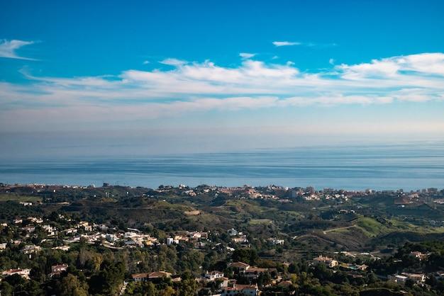 Panoramisch uitzicht vanaf de top van het dorp mijas