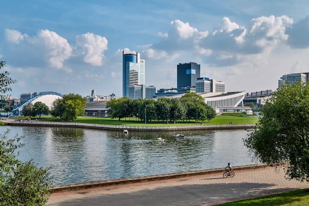 Panoramisch uitzicht vanaf het park van de stad achter de rivier