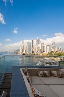 Panoramisch uitzicht vanaf het terras van een gebouw met de kust en wolkenkrabbers