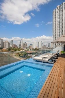 Panoramisch uitzicht vanaf het zwembad van een gebouw met wolkenkrabbers