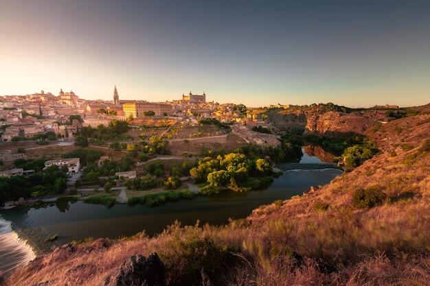 Panoramisch uitzicht vanaf toledo, hoofdstad van de spaanse regio la mancha met het beroemde alcazar en de kathedraal.