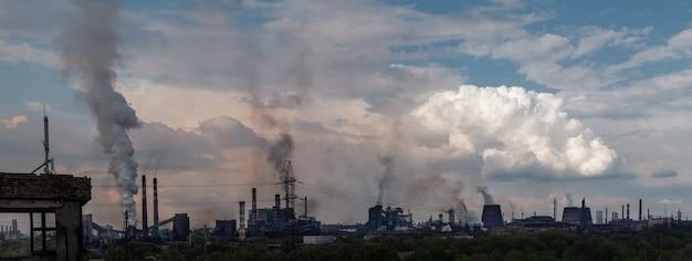 Panoramisch uitzicht. zware industrie met luchtvervuiling geproduceerd door een grote fabriek.