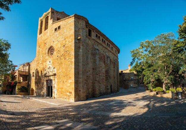 Panoramisch van de middeleeuwse stad van pals, straten van het historische centrum bij zonsondergang, girona aan de costa brava van catalonië in de middellandse zee