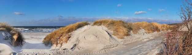 Panoramisch van een fietspad en een zanderige ingang naar het strand