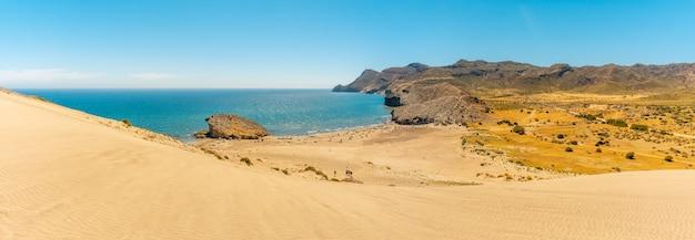Panoramisch van het strand van monsul van het natuurpark van cabo de gata, san jose, almeria