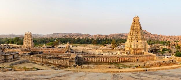 Panoramisch van prachtige oude ruïnes in hampi