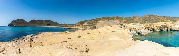 Panoramisch van rodalquilar strand in cabo de gata op een mooie zomerdag, almerãa