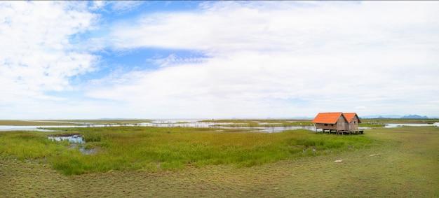 Panoramisch van tweeling oud huis op moerasland bij talay noi meer phatthalung provincie in het zuiden van thailand