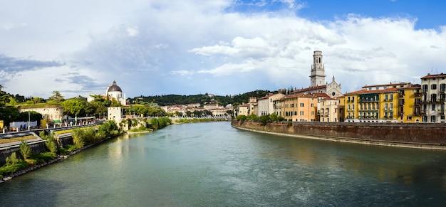 Panoramisch van verona doorkruist door de rivier de adige, met de toren van de kathedraal van santa maria matricolare op de achtergrond.